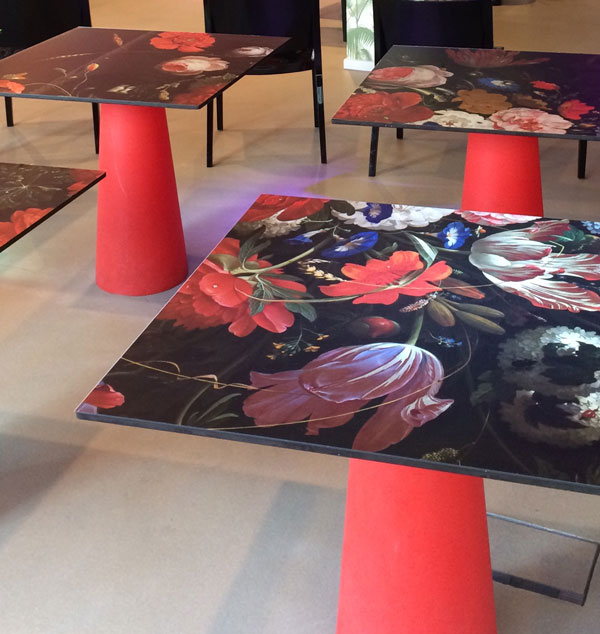 Bloemen van Abraham Mignon in delen op de tafels